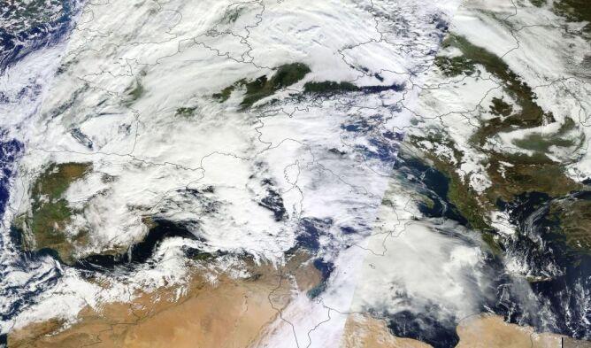 Zdjęcie satelitarne, na którym widać sytuację panującą w poniedziałek nad Sardynią